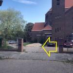 ingang links naast de kerk